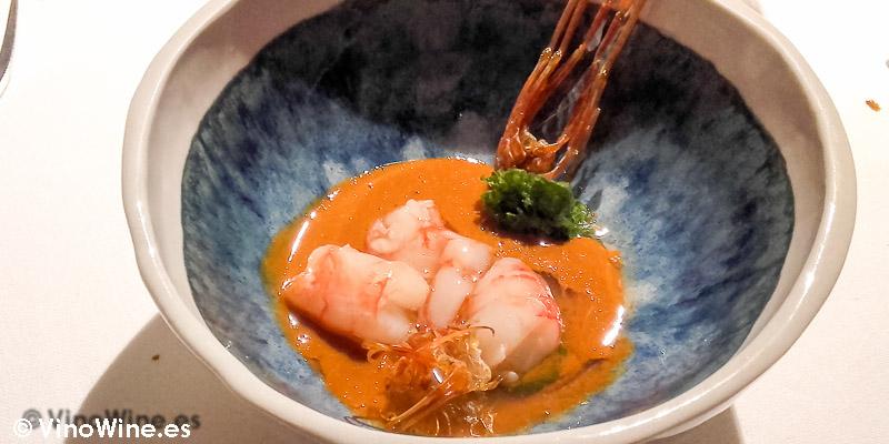 Gamba marinada en vinagre de arroz, el jugo de sus cabezas, sus patas crujientes y una velouté de algas y pan de fitoplancton de El Celler de Can Roca