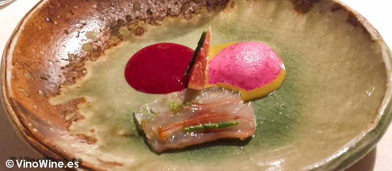 Salmonete marinado con kombu, cremoso de higos chumbos, anémonas de mar, salicornia, limón y vinagre de katsuobushi de El Celler de Can Roca