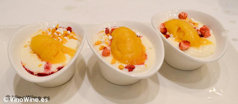 Crema de limón con sorbete de mango, culis de frutas rojas y peta zetas con frutas del bosque del Restaurante Mannix en Campaspero provincia de Valladolid