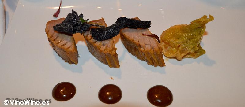 escabechado con mayonesa de ajo negro y ravioli de yema de huevo del Restaurante El Laurel de Cocentaina