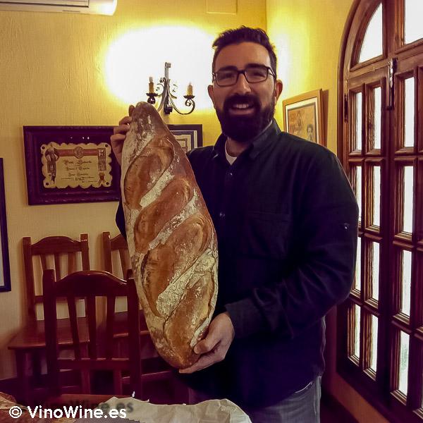 Dani Cervera con el magnífico pan elaborado por el mismo para la Cata Vertical de Beryna 2003 al 2010