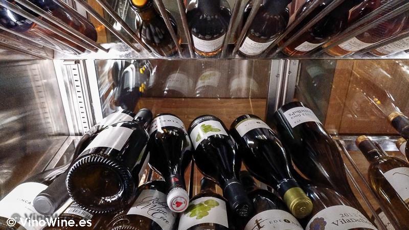 Vista parcial de uno de los armarios climatizadores de vino del Restaurante Entrevins de Valencia