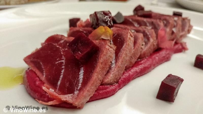 Tataki de atún, remolacha asada y kimichi del Restaurante Entrevins de Valencia
