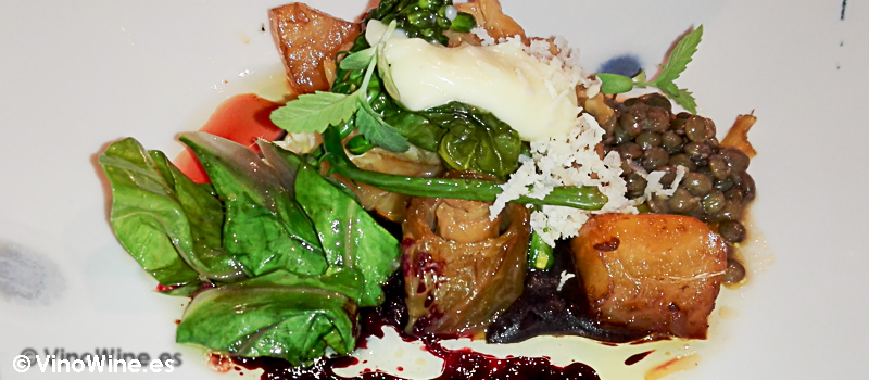 Col caramelizada, crema de trufa, remolacha, vinagreta de lentejas y queso del Restaurante Alkimia de Bacelona