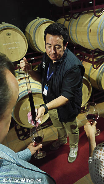 Pepe Menzoza pipeteando en la I Mendozas Wine Lovers Edition by Bodegas Mendoza