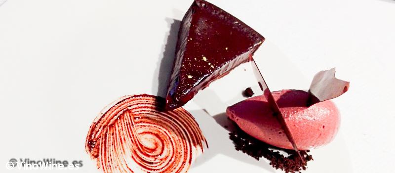 Tarta de chocolate con helado de ciruelas escabechadas del Restaurante Alkimia de Barcelona