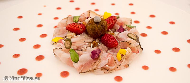 Papada curada y emulsion de fresas a la brasa en el Restaurante Villena en Segovia