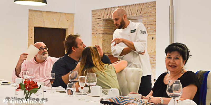 Ruben Arnaz, cocinero del Restaurante Villena de Segovia hablando con Juanma Martin