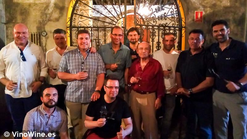 Foto de grupo en la visita a Almacenista Blanca Reyes de Jerez en el Tour Bojos Pel Vi Marco de Jerez