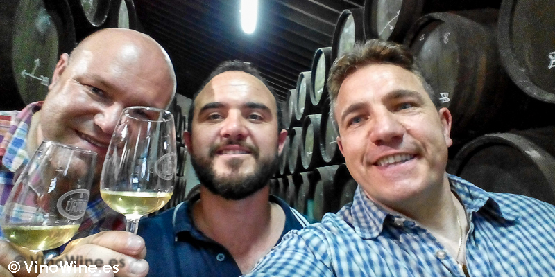 Jordi H, Jordi Femenia y Jose Ruiz disfrutando en Bodegas Urium de Jerez