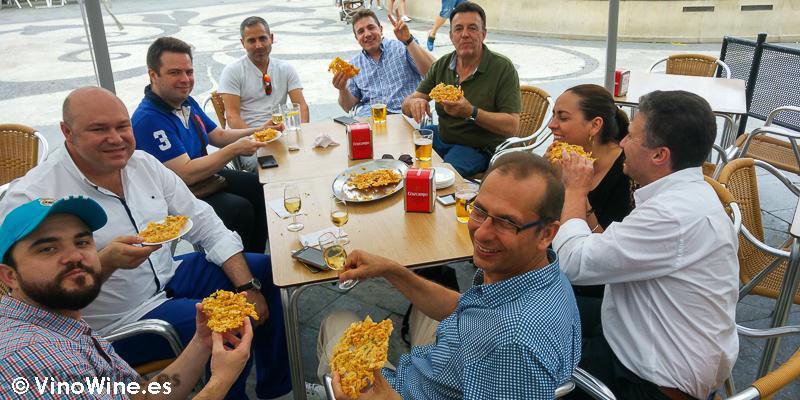 Merendando Tortillitas de Camaron en Casa Balbino en el Tour Bojos Pel Vi Marco de Jerez
