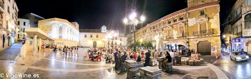 Animada plaza de Montilla la noche del viernes del Encuentro Verema Montilla Moriles