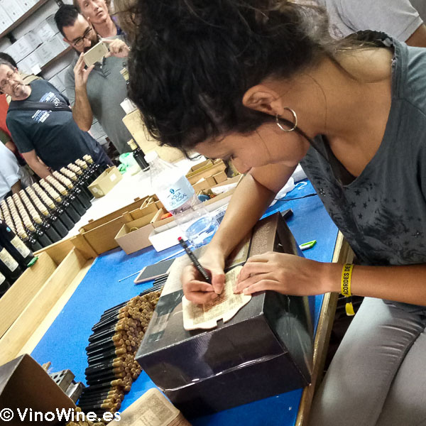Etiquetado artesanal en la Bodega Toro Albala visitada en el Encuentro Verema Montilla Moriles