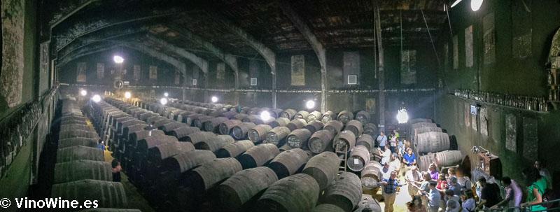 Panoramica de la sala de botas subterranea de la Bodega Toro Albala visitada en en el Encuentro Verema Montilla Moriles