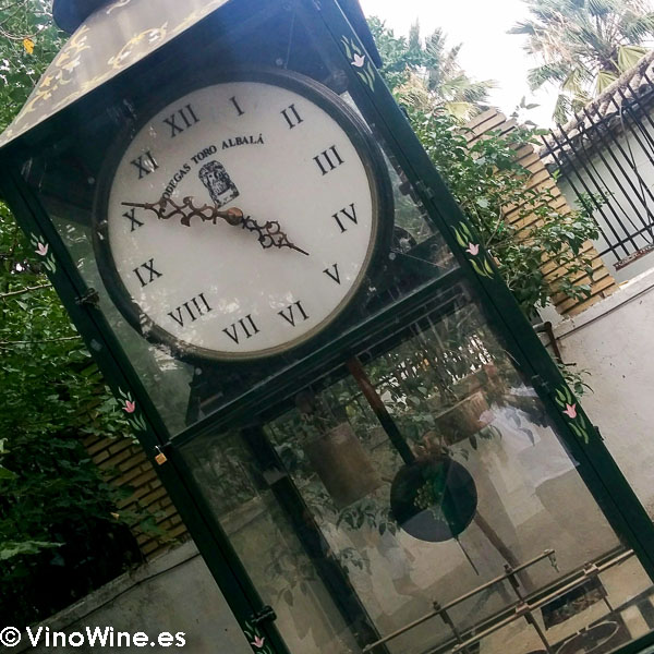 Reloj del jardín de la Bodega Toro Albala visitada en el Encuentro Verema Montilla Moriles