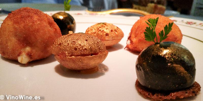 Bombón de mejillones escabechados y pan de semillas. Bocado de novilla. La croqueta Aperitivos del Restaurante La Bien Aparecida de Madrid