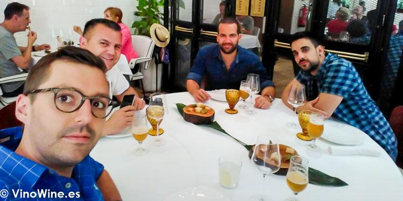 Grupo de amigos que disfrutamos del Restaurante La Candela de Madrid