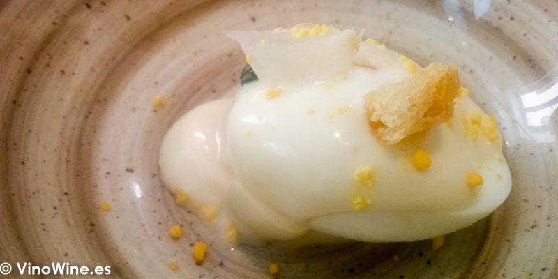 Huevo cocido relleno de bonito del Restaurante La Bien Aparecida de Madrid