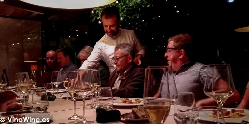 El propio Nacho Manzano oficiando en sala en su Restaurante La Salgar de Gijon