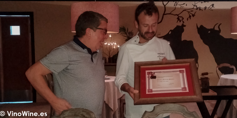 Isaac Aguero hace entrega del agradecimiento de La Pena los Restauranteros a Nacho Manzano en su Restaurante La Salgar de Gijon