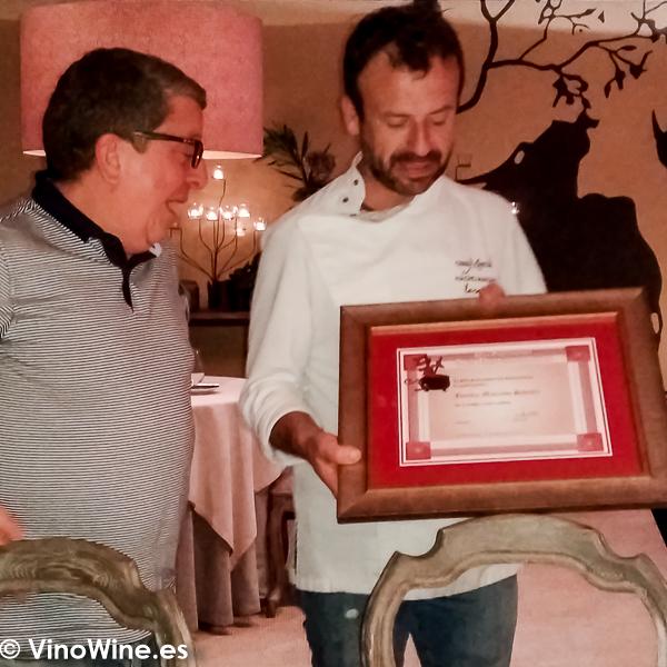 Isaac Aguero hace entrega del agradecimiento de La Pena los Restauranteros a Nacho Manzano en su Restaurante La Salgar en Gijon