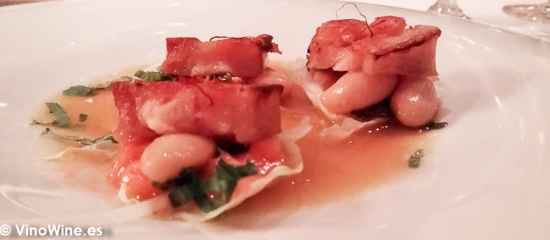 Panceta crujiente con vinagreta de verduras y caldo de fabada del Restaurante La Salgar de Nacho Manzano en Gijon