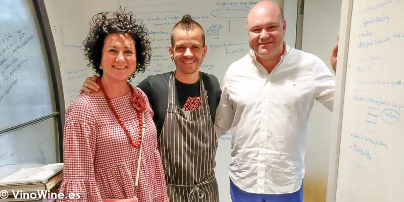 Ana Juan y Jose Ruiz junto a Dabiz Munoz en el Restaurante DiverXO de Madrid