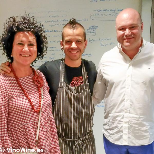 Ana Juan y Jose Ruiz junto a Dabiz Munoz en el Restaurante DiverXO en Madrid