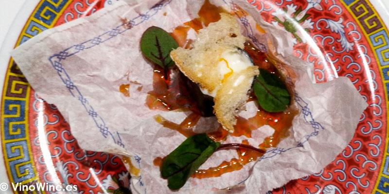 Bocata de calamares XO chipirones rehogados, allioli picante sesamo negro y pan crujiente con salsa agridulce del Restaurante DiverXO en Madrid