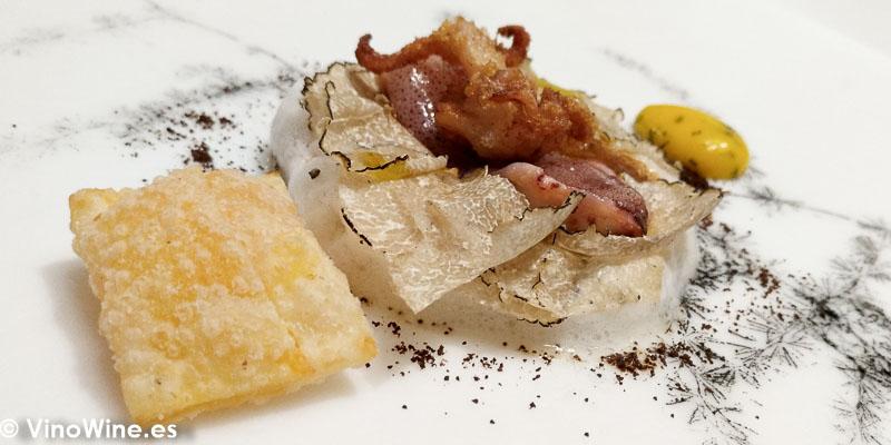 """Chipironcitos de playa en 2 cocciones versión """"chili crab"""" de chiles chipotles con vermicellis de arroz estofados con emulsión de riesling y trufa de verano Salsa bearnesa ajaponesada en Restaurante DiverXO de Madrid"""