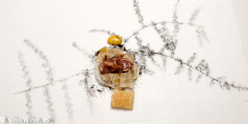 """Chipironcitos de playa en 2 cocciones versión """"chili crab"""" de chiles chipotles con vermicellis de arroz estofados con emulsión de riesling y trufa de verano en Restaurante DiverXO de Madrid"""