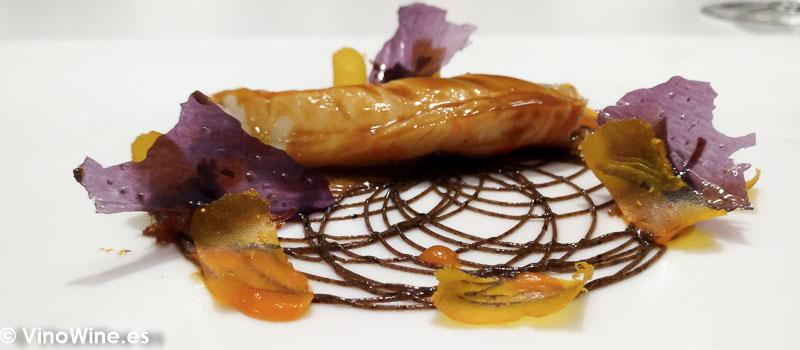 Cigala de tronco asada y reposada con su salsa bordalesa mantequilla de ajos negros kimchi casero y salsa Xo Causa gnocchis de patata violeta en Restaurante DiverXO de Madrid