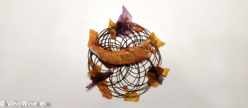 Cigala de tronco asada y reposada con su salsa bordalesa mantequilla de ajos negros kimchi casero y salsa Xo Causa gnocchis de patata violeta en Restaurante DiverXO en Madrid