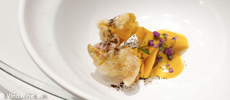 Dumpling de gallina de Guinea estofada con salsa huancaina y pollo souffle crujiente del Restaurante DiverXO en Madrid