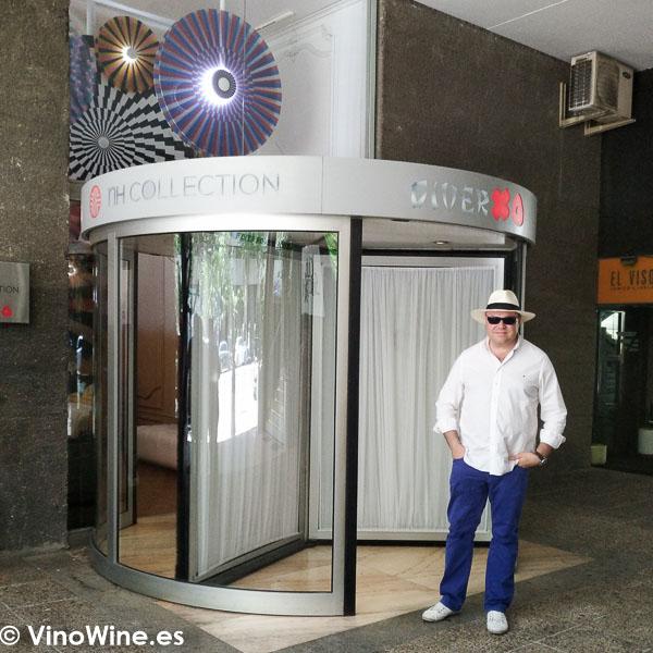 Jose Ruiz en el acceso de entrada al Restaurante DiverXO en Madrid