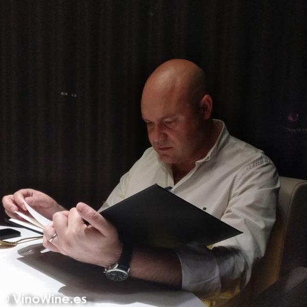 Jose Ruiz leyendo la carta de vinos del Restaurante DiverXO en Madrid