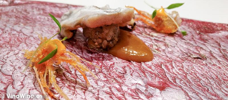 Niguiri cabezon de socarrat y cocotxa de pescadilla de pintxo a la brasa con bergamota y cremoso de paella de galeras del Restaurante DiverXO de Madrid