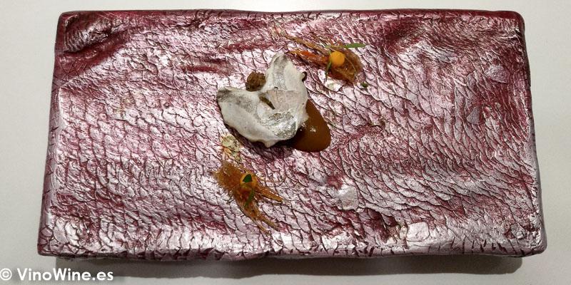 Niguiri cabezon de socarrat y cocotxa de pescadilla de pintxo a la brasa con bergamota y cremoso de paella de galeras del Restaurante DiverXO en Madrid