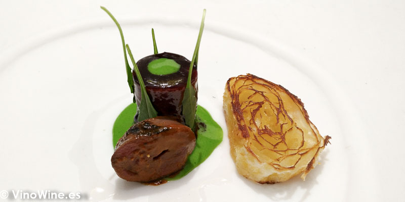 Royal de pato a las 5 especias chinas y gochujang, emulsión de mostaza verde, cebollino y vinagre de arroz… Pato asado al carbon y sus lenguas bravas en el Restaurante DiverXO de Madrid