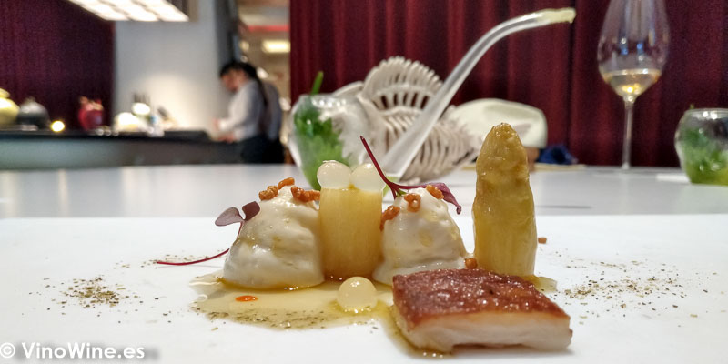 Vichyssoise de esparragos blancos al vapor y mantequilla de bufala tostada arroz rojo japones yuzu siracha casera y pimenta sancho Condimento de cochinillo asado del Restaurante DiverXO en Madrid