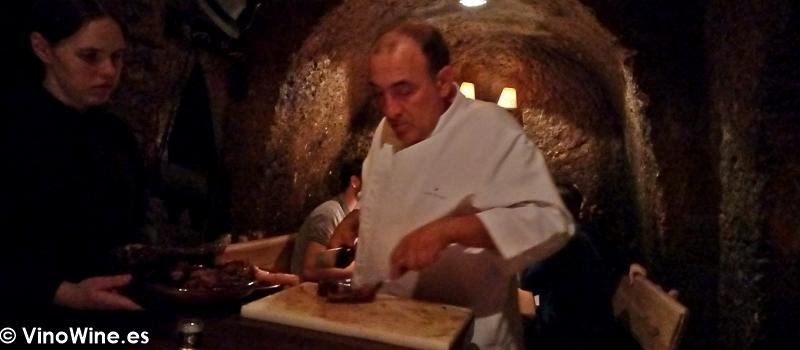 Jose Gordon trinchando el chuleton de buey de El Capricho de León Restaurante especialista en buey
