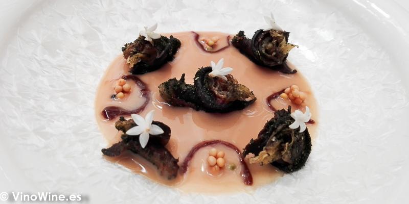 Caracoles fritos a la menta, madre de vinagre y salsa de esparrago y caldo de legumbres con vinagre y semillas de mostaza del Restaurante Noor de Paco Morales en Córdoba