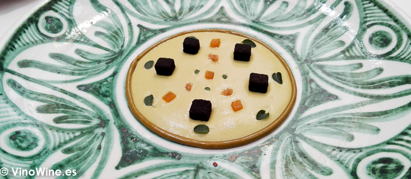 Karim o generoso de pistacho con botarga, manzana verde, clavo y hoja de oregano fresco del Restaurante Noor de Paco Morales en Córdoba