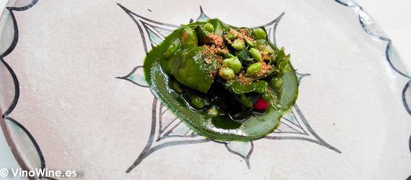 Menestra de verduras guisadas con emulsion de Kazbra y limón en salmuera del Restaurante Noor de Paco Morales en Códoba