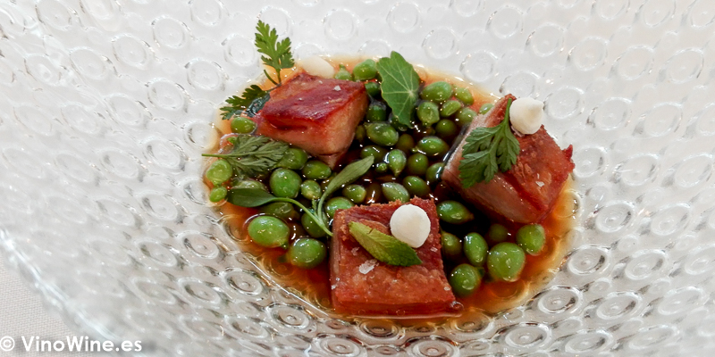 Guisantes en caldereta de cabrito al palodu piel de cabrito requesón y hierbas del Restaurante El Carmen de Montesión en Toledo