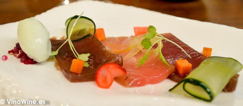 Atun rojo en salazon ligera mahonesa de ajo negro encurtidos caseros y helado de wasabi del Restaurante Galerna en San Sebastian