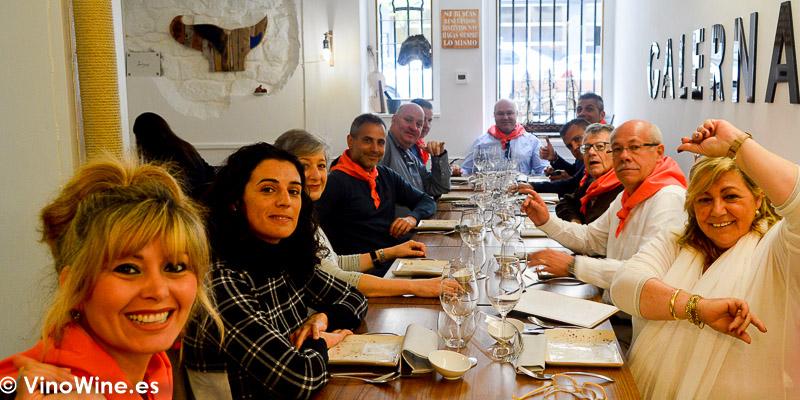 Foto de la mesa de los asistentes a la comida del Restaurante Galerna en San Sebastian