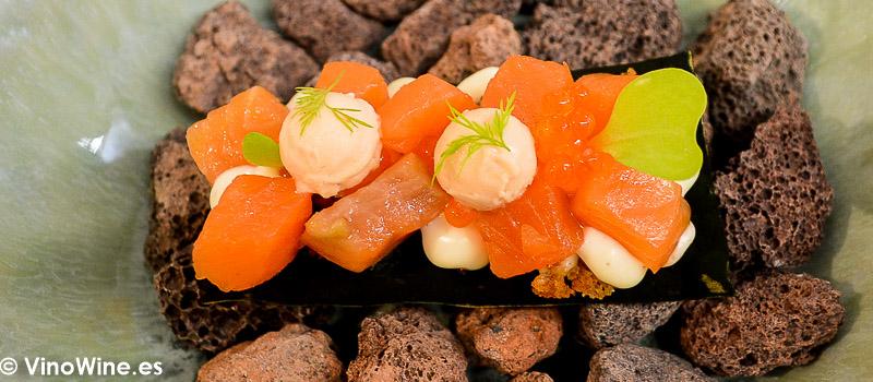 Trucha del Pirineo marinada ahumada y ligeramente escabechada sobre tosta de plancton de río sus huevas y helado de tomate del Restaurante Galerna en San Sebastian