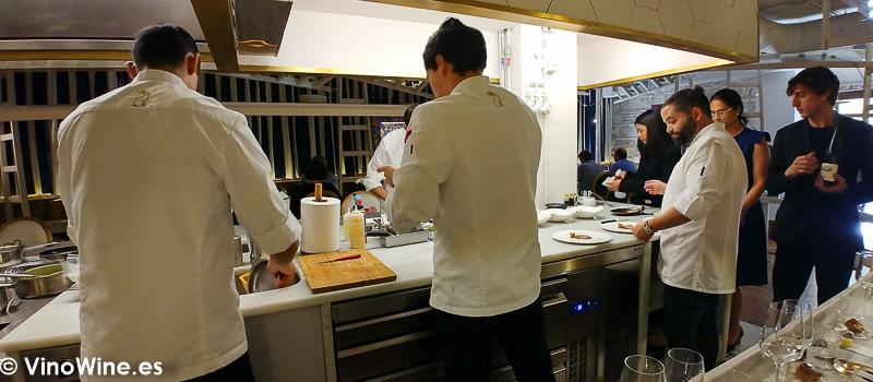 Cocina a la vista en Restaurante LU Cocina y Alma. Visitado en Vinoble