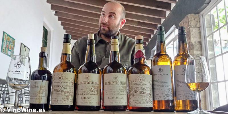 Eduardo de Bodegas El Maestro Sierra con los vinos catados durante nuestra visita de Vinoble